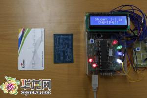 基于紫蜂(zigbee)技术的考场手机定位监测系统,主体电路板大小不足一张公交卡。 记者 罗嘉 摄